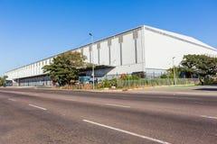 Grande estrada branca da estrutura da fábrica do armazém Fotografia de Stock