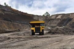 Grande estrazione del carbone del camion immagini stock