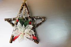 Grande estrela de madeira bonita decorativa do Natal, uma grinalda feito a si próprio do advento de ramos do abeto e varas no ano fotos de stock royalty free