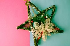 Grande estrela de madeira bonita decorativa do Natal, uma grinalda feito a si próprio do advento de ramos do abeto e varas no ano foto de stock royalty free