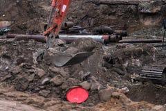 Grande excavatrice industrielle creusant la terre, développement urbain Scoop de bouteur fonctionnant dans le chantier de constru image stock