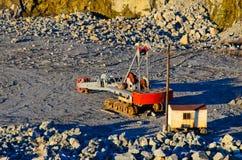 Grande excavatrice lourde dans la carrière de granit image stock