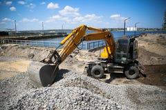 Grande excavatrice sur le chantier de nouvelle construction image stock