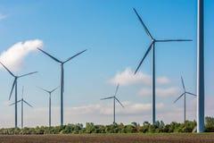 A grande exploração agrícola de vento fornece a cidade a eletricidade limpa imagens de stock royalty free