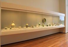 Grande exposição de vidro com muitos artigos da argila e da porcelana, Cleveland Art Museum, Ohio, 2016 Fotografia de Stock