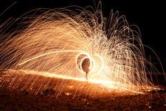 Grande exposition stupéfiante du feu de la Thaïlande la nuit Image stock