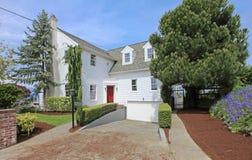 Grande exterior americano clássico branco da casa. Foto de Stock Royalty Free