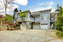 Grande exterior moderno cinzento da casa imagem de stock royalty free