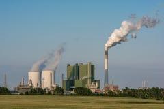 Grande fábrica com cozinhar torres refrigerando e o fumo da chaminé fotografia de stock royalty free