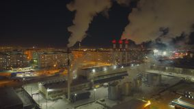 A grande fábrica do ferro está direita ao lado da cidade, jogando resíduos perigosos no ar video estoque