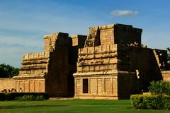 Grande façade non finie et ruinée du temple antique de Brihadisvara dans Gangaikonda Cholapuram, Inde photos stock