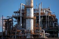 Grande fabbricato industriale con i tubi ed i tubi Fotografie Stock Libere da Diritti