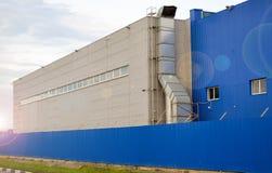 Grande fabbricato industriale del colore blu immagini stock libere da diritti