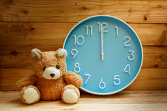 Grande face do relógio no fundo de madeira Fotos de Stock