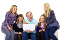 Grande famiglia con un computer portatile Fotografia Stock Libera da Diritti
