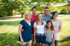 Grande famiglia felice all'esterno Fotografie Stock