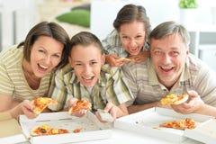 Grande famiglia felice che mangia pizza Fotografia Stock