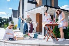 Grande famiglia felice che ritiene stupefacente mentre venendo alla vendita di oggetti usati tradizionale di fine settimana immagine stock libera da diritti
