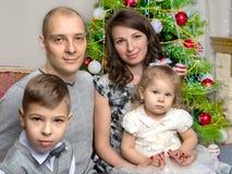 Grande famiglia felice con i bambini vicino all'albero di Natale Fotografia Stock Libera da Diritti
