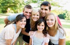 Grande famiglia insieme all'esterno Immagini Stock