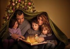 Grande famiglia nella notte di Natale Immagine Stock