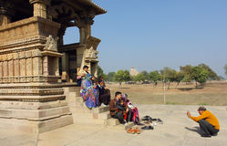Grande famille avec des enfants faisant la photo au site touristique célèbre dans Khajuraho Site de patrimoine mondial de l'UNESC Image stock