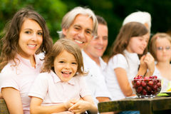 Grande famille ayant un pique-nique dans le jardin Photos libres de droits