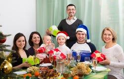 Grande famille célébrant le Joyeux Noël Images stock