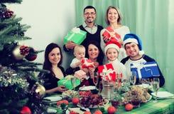 Grande famille célébrant le Joyeux Noël Photos libres de droits