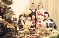 Grande famille célébrant le Joyeux Noël Photographie stock libre de droits