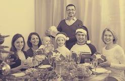 Grande famille célébrant le Joyeux Noël Photo libre de droits