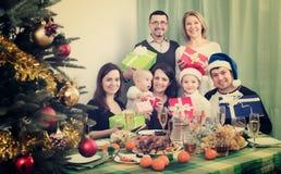 Grande famille célébrant Noël Photo libre de droits