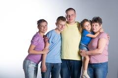 Grande famille dans le studio photos libres de droits