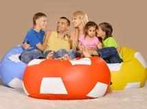 Grande famille heureuse à la veille de nouvelles années Image stock