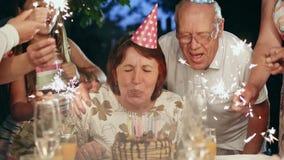 Grande famille heureuse célébrant l'anniversaire à la maison clips vidéos
