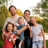 Grande famille, père, mère et trois descendants Photographie stock