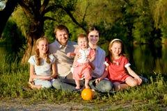 Grande famille, père, mère et trois descendants Photo libre de droits