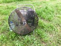 Grande fan professionnelle industrielle puissante ronde de fer en métal avec des auvents pour injecter l'air dans le ballon sur l photographie stock