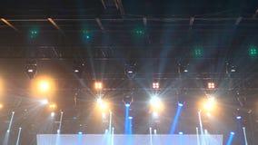 Grande fase do concerto de rocha com projetores de iluminação vídeos de arquivo
