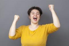 Grande femme 20s de cri exprimant la victoire d'amusement Photographie stock libre de droits