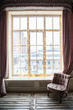 Grande fenêtre décorée des lumières Humeur de soirée du Nouveau an et de Noël dans la ville Images libres de droits