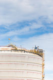 Grande ferme de réservoir blanche dans l'industrie pétrolière  Photos libres de droits