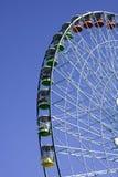 Grande Ferris spinge dentro la priorità bassa del cielo blu Immagini Stock