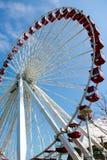 Grande Ferris spinge dentro la priorità bassa del cielo blu Immagini Stock Libere da Diritti