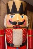 Grande figura delle schiaccianoci vicino al mercato del giocattolo fotografie stock libere da diritti