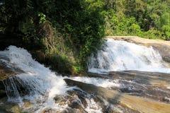Grande fin de rivière dans une cascade gentille Photo stock