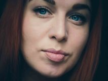Grande fine su del fronte dai capelli rossi del ` s della donna Immagini Stock