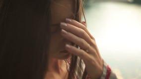 Grande fine su del fronte della giovane bella donna premurosa con i grandi occhi marroni Lago pittoresco Synevir in Carpathians s stock footage