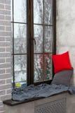 Grande finestra con il davanzale nella camera da letto nello stile del sottotetto, outsi Immagine Stock