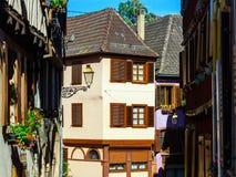 Grande finestra del PVC con gli elementi della decorazione in vecchia casa francese Fotografia Stock Libera da Diritti